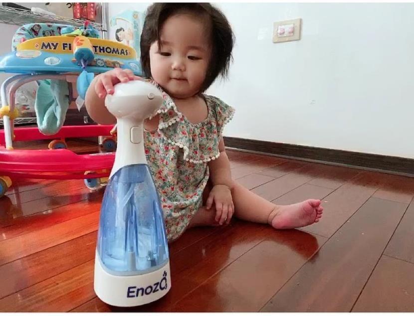 知名歌手黃美珍(瞳)女兒小星對ENOZO易挪走愛不釋手,成為家裡打掃的小小幫手。...