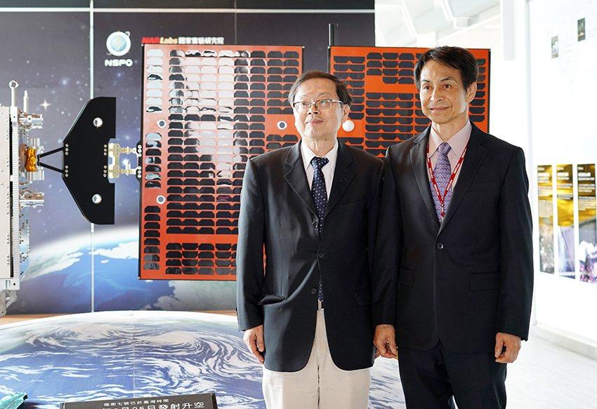 國研院院長吳光鐘(左)與太空中心主任林俊良。 國研院/提供