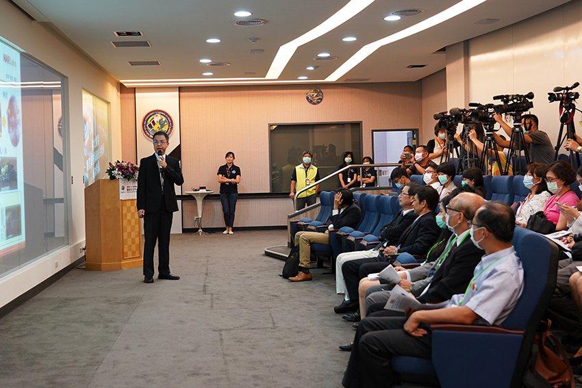 國研院太空中心研究員陳坤林(左)簡報。 國研院/提供