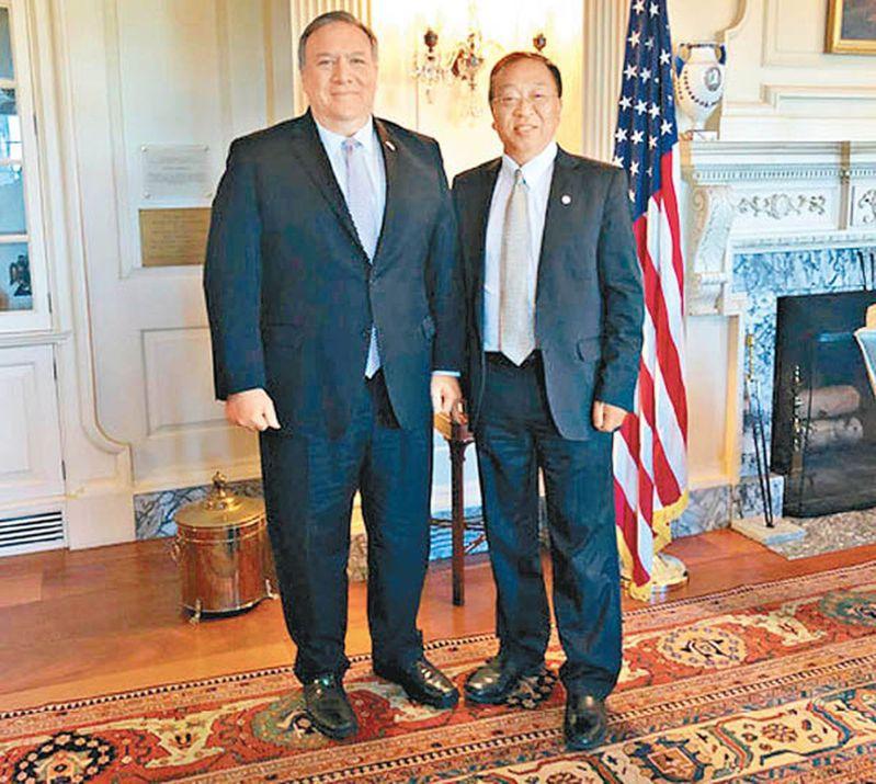 美國國務卿龐培歐(左)被指十分倚重余茂春(右)。取自美國國務院網站