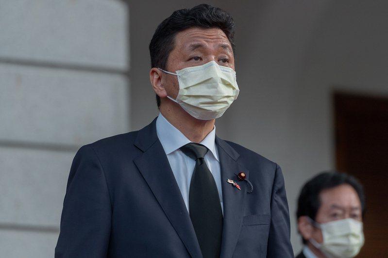 新內閣人事將由現任首相安倍晉三胞弟岸信夫(左)出任防衛大臣。圖/總統府提供
