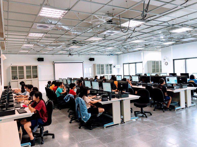 高中自主學習課程愈來愈重要,影響到大學的申請。記者鄭惠仁/攝影