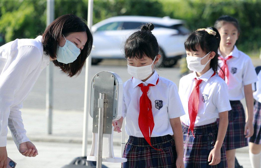 9月1日,上海中小學秋季開學首日,校方多項措施做好疫情防控。中新社