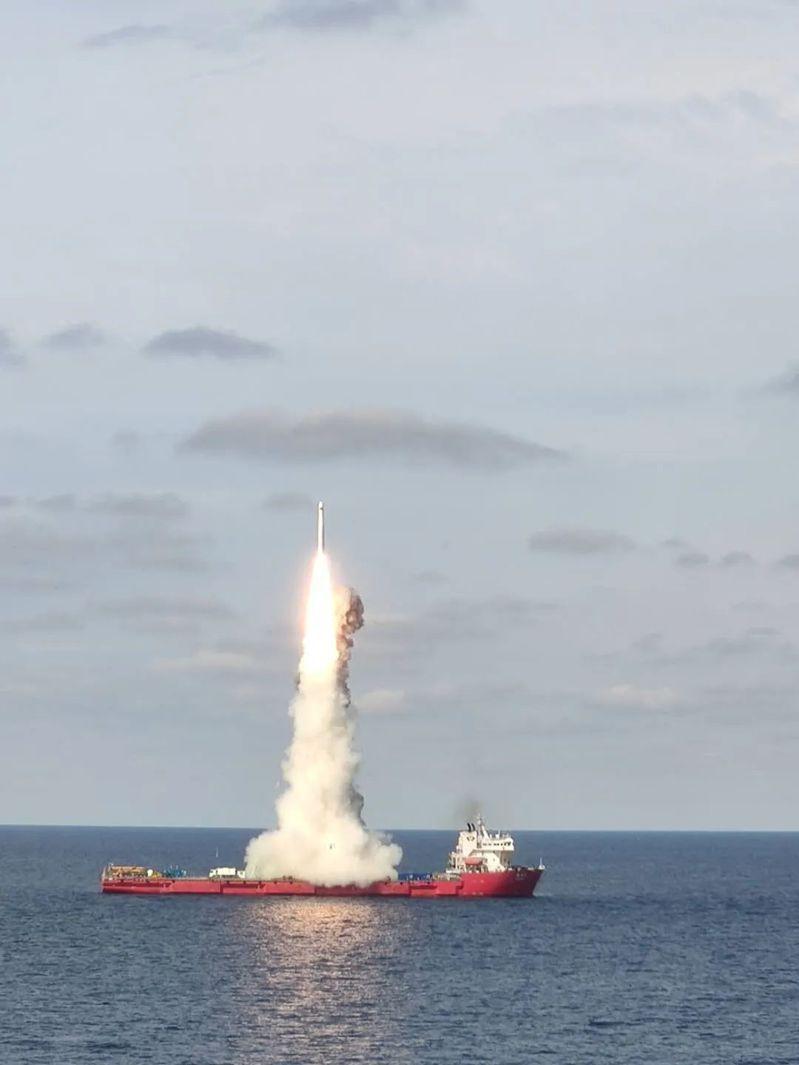 中共在今天上午9時20分左右,在黄海海域的海上發射平台發射吉林一號高分03系列九顆衞星,自台灣上空飛過。圖/CHINA航天微博
