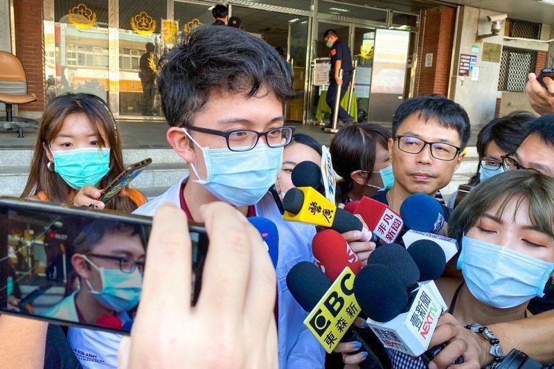 藝人孫鵬獨子孫安佐(中)遭控在美製槍未遂,孫出庭時否認犯罪。記者蔡翼謙/攝影