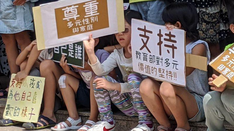 小民參政歐巴桑聯盟等多個民間團體上午在立法院外舉行記者會,呼籲教育部繼續支持LGBT教育,許多家長帶著小孩手持自己繪製的標語。記者蔡佩芳/攝影