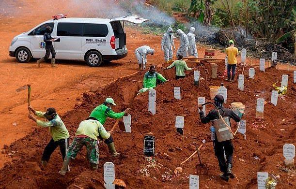 印尼東爪哇省為了讓大眾遵守戴口罩的防疫政策,祭出「挖墳墓」的處罰,盼讓違反規定者學到教訓。圖/每日郵報