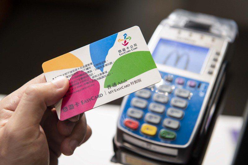 一名女網友弄丟悠遊卡,沒想到遭人撿走盜刷,她想報案卻被同事勸阻,讓她很無言。 示意圖/悠遊卡公司提供