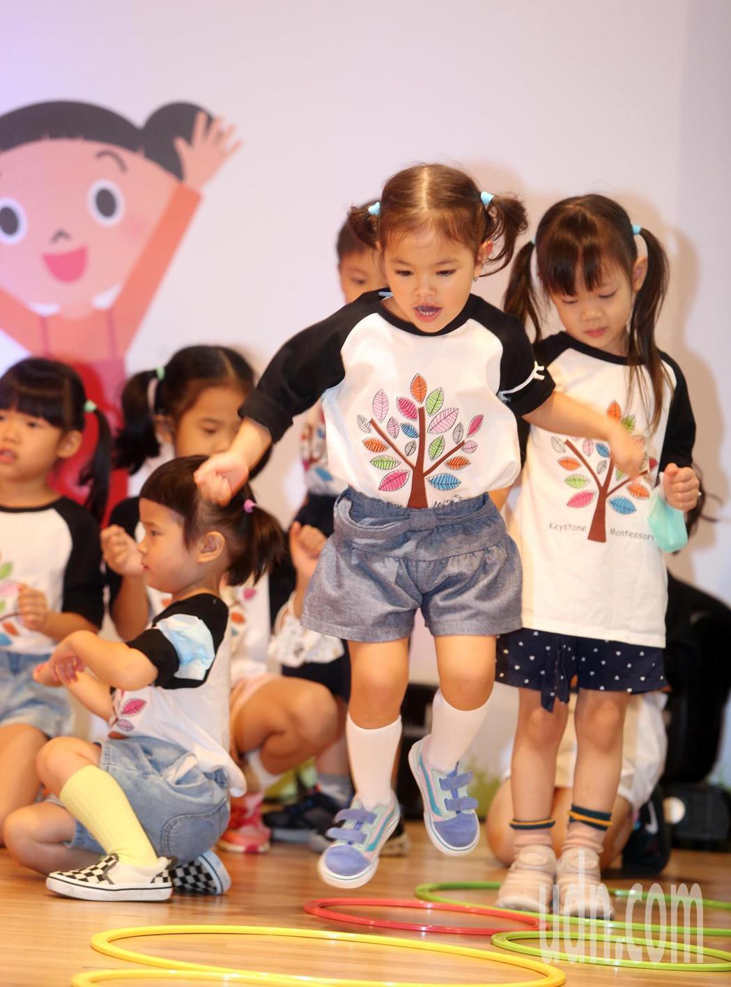 衛福部和教育部上午舉行「擁抱健康起點 共挺幼兒健康促進」記者會,結合6縣市超過1...