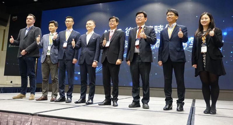高雄市長陳其邁(左五)今天在亞馬遜網路有限公司(AWS)舉辦的講堂中宣布,要成立「數位城市推動委員會」,力推智慧科技產業。記者楊濡嘉/攝影