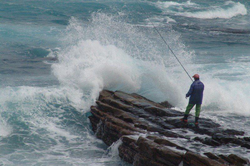 許多釣客愛到海邊礁岩釣魚,完全無視陣陣巨浪,令旁觀者捏冷汗。圖/聯合報系資料照片