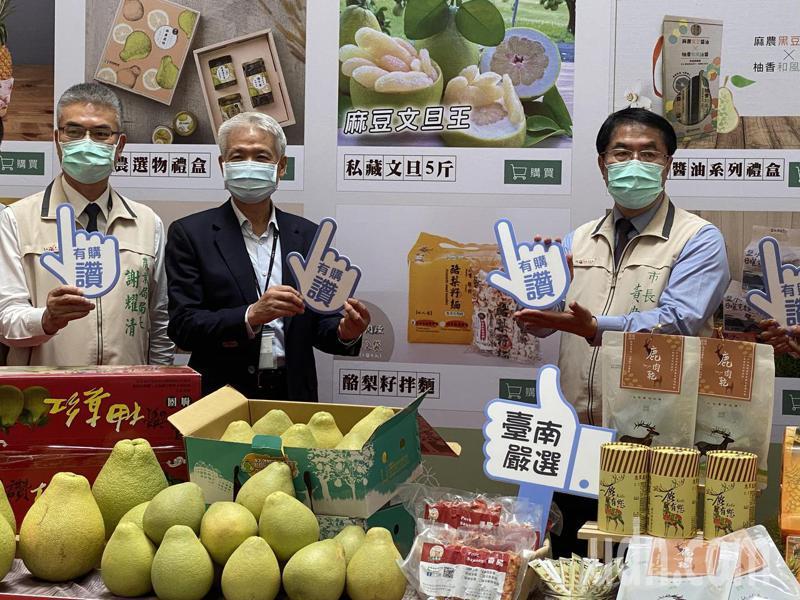 台南市長黃偉哲昨天前往南紡購物中心行銷台南農特產品。記者修瑞瑩/攝影