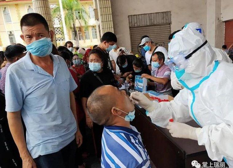 醫務人員正在為中緬邊民進行核酸檢測。圖/微信公眾號掌上瑞麗