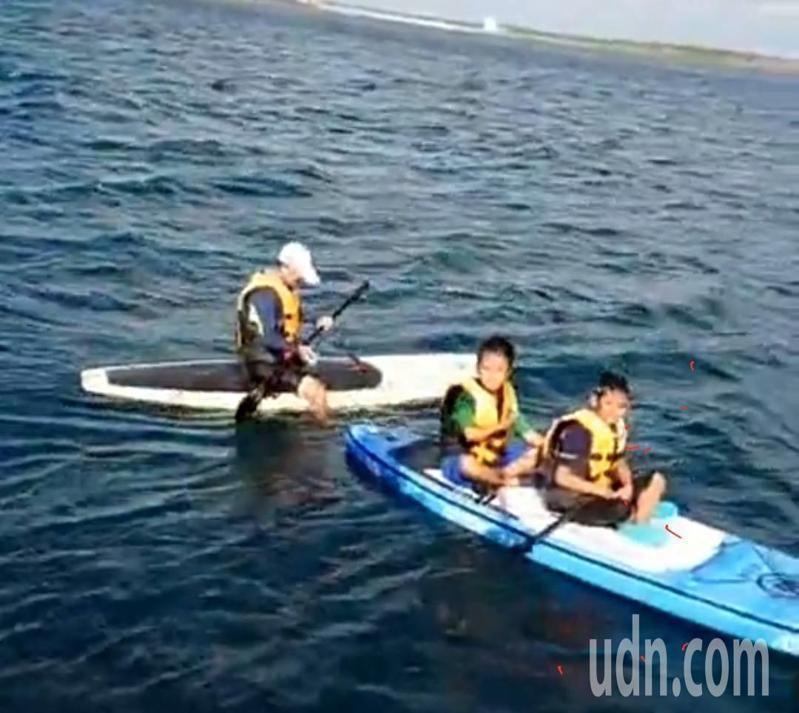 澎湖風櫃國小四名師生昨天下午被強風吹往外海,所幸行經漁船及時救援上船。圖/澎湖海巡隊提供
