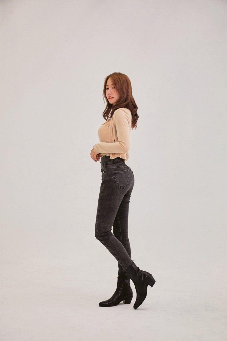 小尺碼零修圖翹臀顯瘦窄管褲優惠價990元。圖/AIR SPACE提供