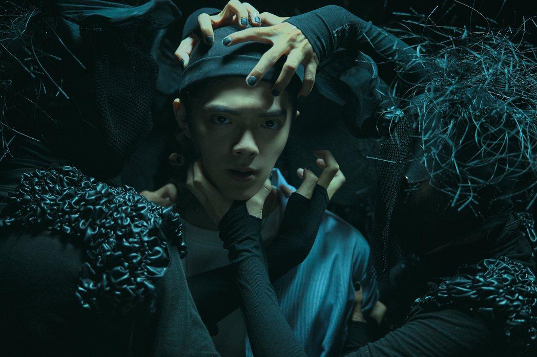 新人Jimbo曾柏鈞的新歌「下毒」MV極為暗黑。圖/寰亞唱片提供