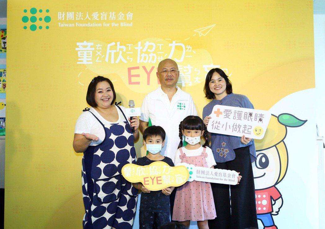 鍾欣凌(左)為愛盲基金會校園宣傳活動擔任大使。圖/愛盲基金會提供