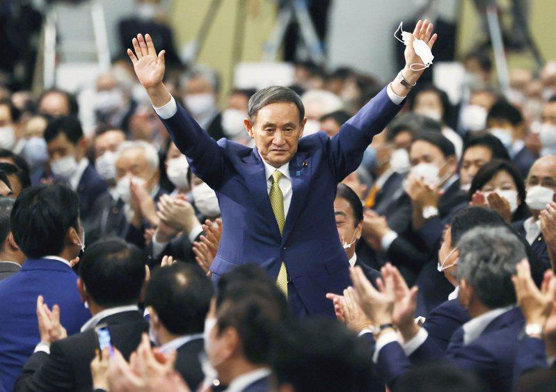 菅義偉今將正式就任日本首相,他在14日當選自民黨新一任總裁後舉起雙手致謝。路透