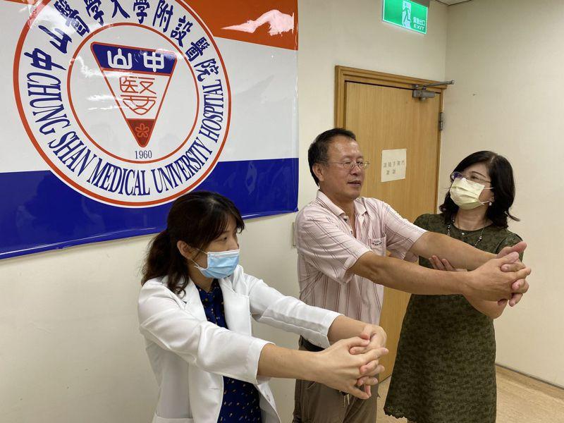 醫師陳俊傑建議,民眾要避免旋轉肌袖症候群上身,工作前記得暖身,圖為肩關節伸展。記者趙容萱/攝影