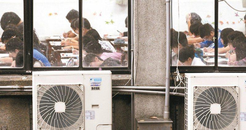 行政院長蘇貞昌下令全台中小學全面裝冷氣,有建築師擔心永續校園推近20年將因此功虧一簣。 圖/聯合報系資料照片