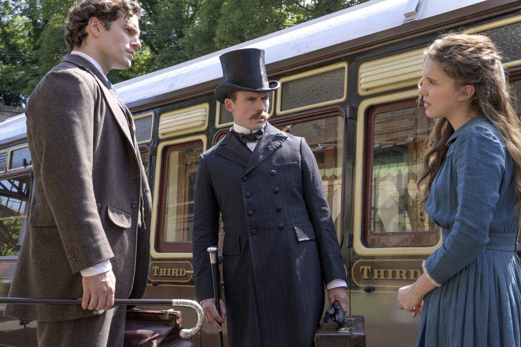 米莉芭比布朗(右)在「天才少女福爾摩斯」飾演艾諾拉福爾摩斯,是大偵探福爾摩斯(左