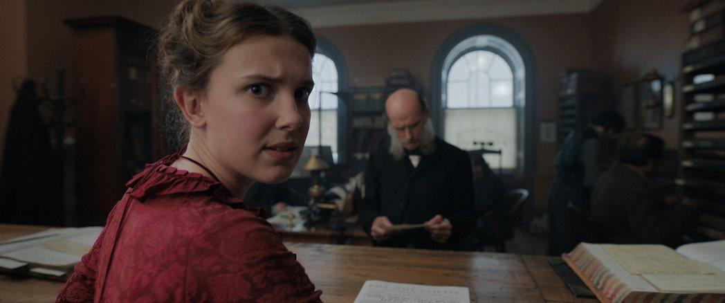 米莉芭比布朗(左)在「天才少女福爾摩斯」演出福爾摩斯小妹,與兩個哥哥鬥智過招,劇...