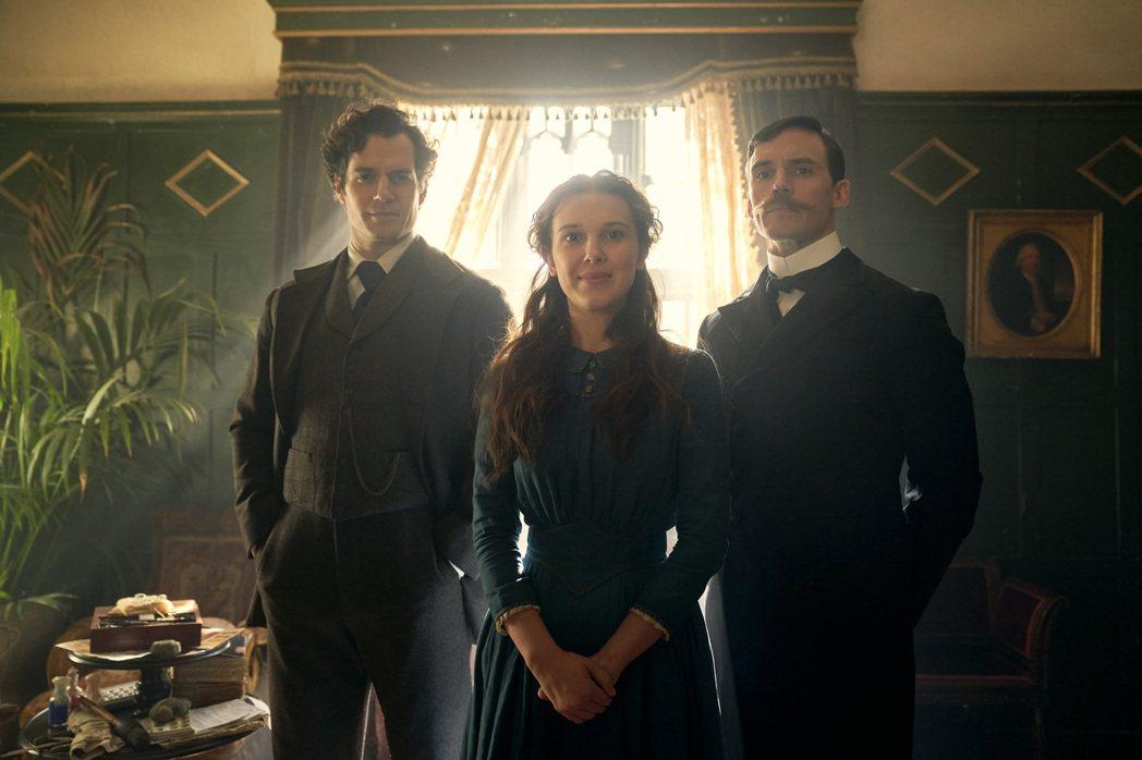 「天才少女福爾摩斯」敘述福爾摩斯3兄妹的冒險旅程,左起為亨利卡維、米莉芭比布朗以...