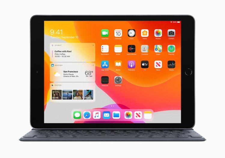 去年9月推出、價格最實惠的第7代iPad,可搭配全尺寸的聰穎鍵盤使用。圖/蘋果提...