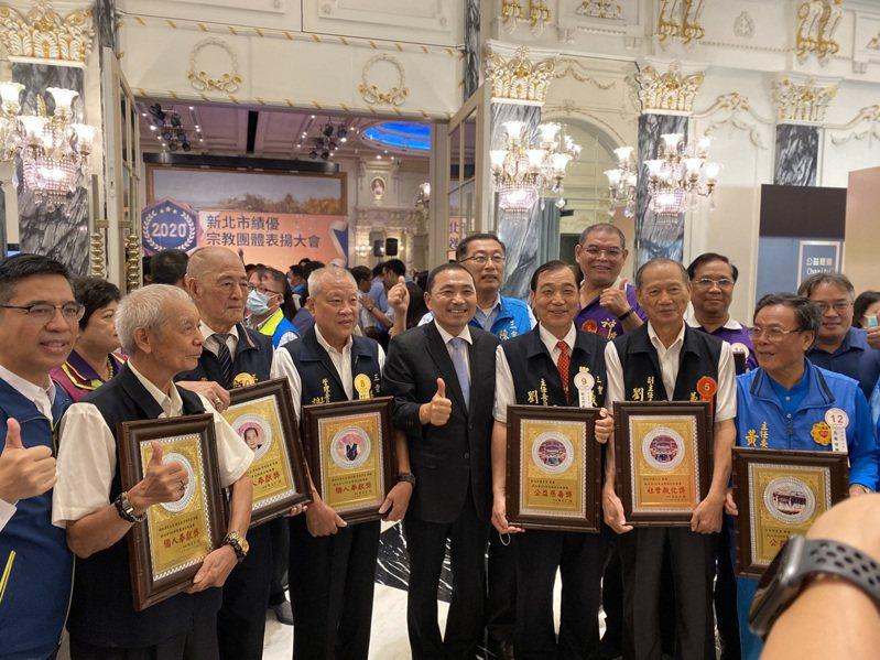 新北市長侯友宜(前排右4)與各宗教團體代表合影。記者吳亮賢/攝影