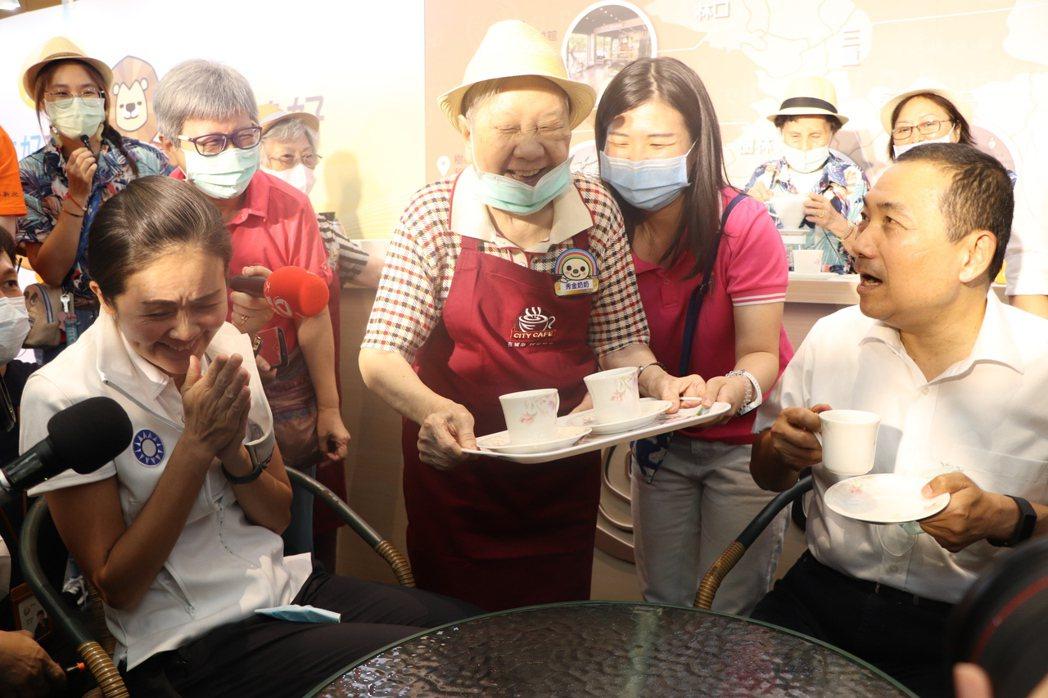 新北市長侯友宜(右)體驗銀光咖啡館服務。記者吳亮賢/攝影