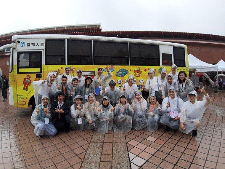 新北市首創國內唯一「樂活健腦巴士」,由青年物理及職能治療師提供偏鄉長者認知復健活...