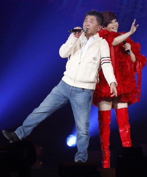 衛福部長陳時中(左)日前現身詹雅雯的演唱會,高歌擔任神祕嘉賓。 圖/聯合報系資料照片