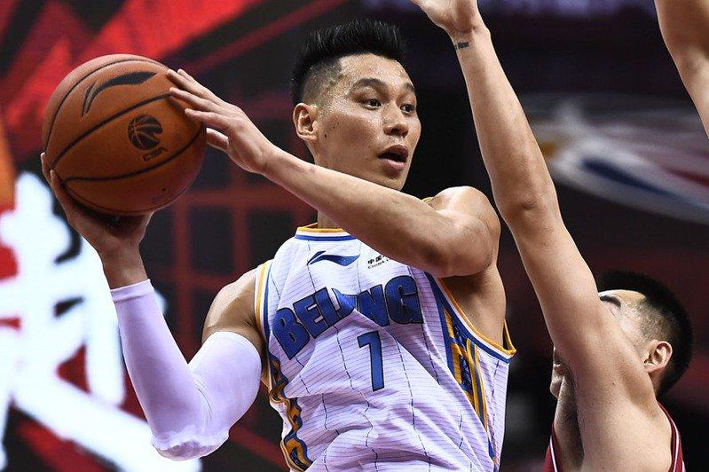 林書豪透過社群平台發布影片,和超過七百萬追蹤的粉絲宣布,下季不會再披北京首鋼隊戰袍,要再追尋自己的NBA夢。 新華社