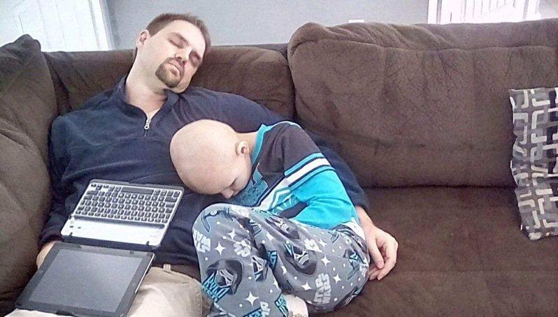 兒子提到化療期很難熬,但因為有爸爸在,一切都不同了:「爸爸能感同身受,我們甚至一起反胃,感覺不孤單。」 。圖/取自Ed Kimpel