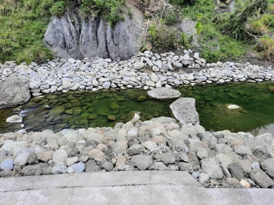 鱉溪剛完工,利用大石做石組 圖/黃于坡提供