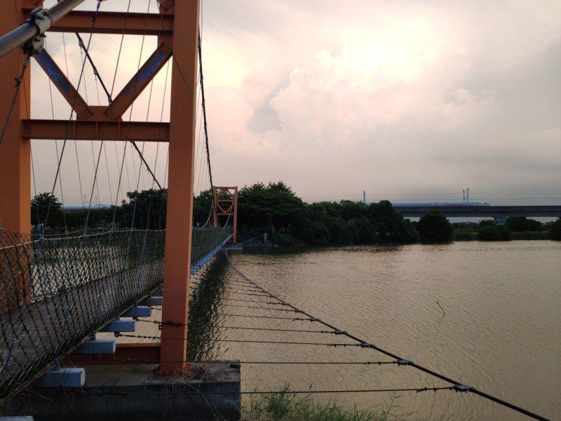 著名的官田葫蘆埤吊橋,不時可見高鐵列車飛馳而過。 圖/謝進盛 攝影