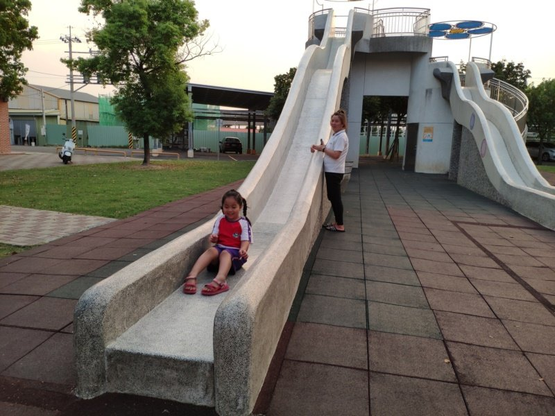 葫蘆埤畔大型溜滑梯,是溜小孩好去處。 圖/謝進盛 攝影