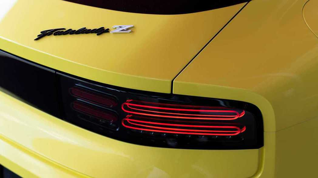 後方橫條狀的尾燈概念則是取自300ZX。 摘自Nissan