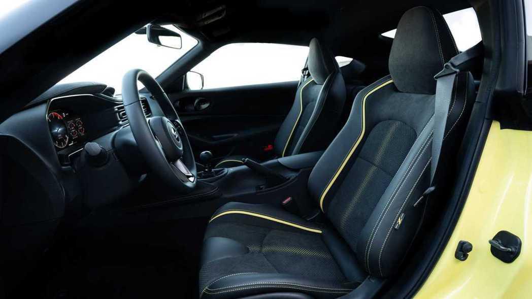 內裝座椅上也有與車身同色的線條點綴。 摘自Nissan