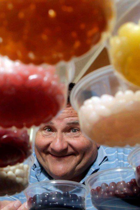 有「糖果人」之稱的雷根糖創辦人舉辦全美尋寶大賽。終極贏家可獲贈佛羅里達洲一家糖果工廠。 。圖/取自David Klein