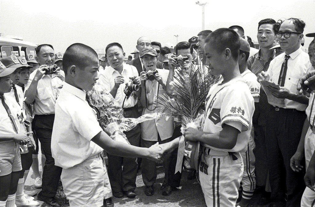 1968年8月23日,日本關西少棒隊飛抵台北,台東紅葉少棒隊獻花歡迎。 圖/聯合報系資料照