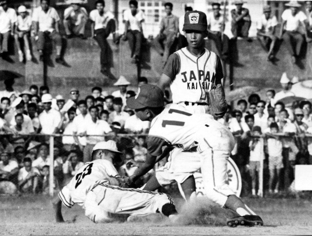 1968年8月24日,日本關西少棒隊與垂楊少棒隊在台北市立棒球場進行交流賽,最終關西少棒以1比0險勝。圖為垂楊隊的吳中信(左)搶壘。 圖/聯合報系資料照
