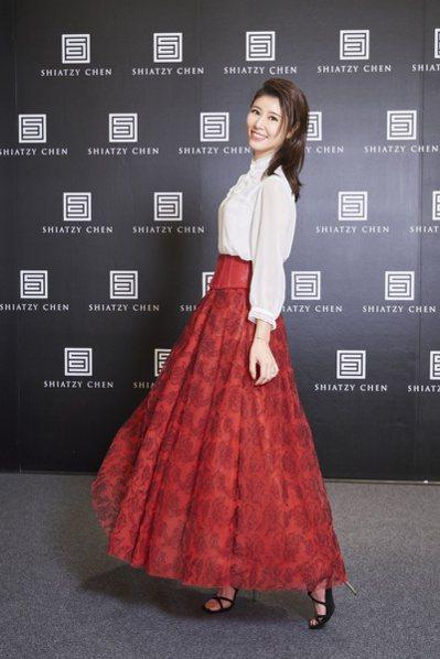 林心如身穿夏姿紅色裙裝,顯瘦又亮麗。 圖/夏姿提供