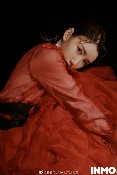 毛曉彤身穿夏姿紅色裙裝拍攝大陸INMOSNAP時裝大片。 圖/取自微博
