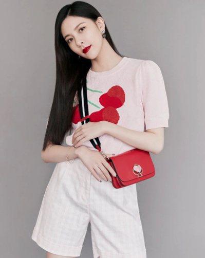 宋妍霏以紅色包款搭出畫龍點睛的好氣色。 圖/取自微博