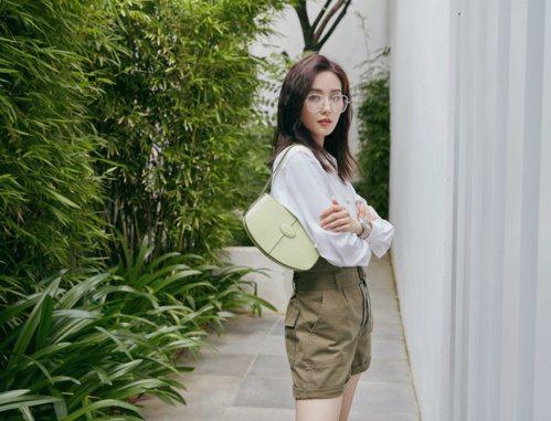 劉詩詩配戴TOD'S x Mr. Bags包先生系列開心果綠包款。 圖/迪生提供