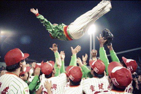 「所有的一切,在三十年後依然清晰無比。」圖為1991年統一獅奪得總冠軍。 圖/聯合報系資料照