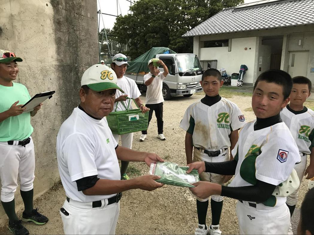 神田剛志如今在社福團體上班,假日仍持續帶少棒隊訓練。 圖/作者自攝