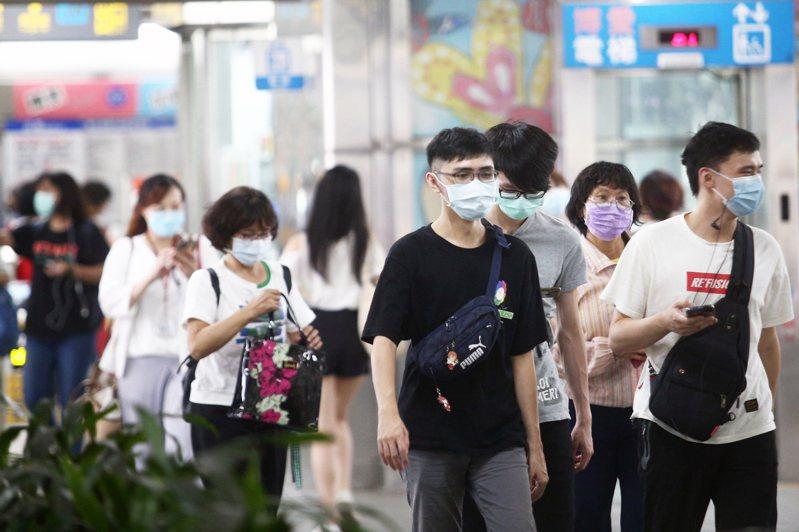 指揮中心祭出「雙鋼印標示」的政策,於9月24日上路,而為防新舊口罩標示造成混亂,24起將全數徵用國產醫用口罩。圖為民眾出入公共場所已習慣的戴上口罩。記者蘇健忠/攝影