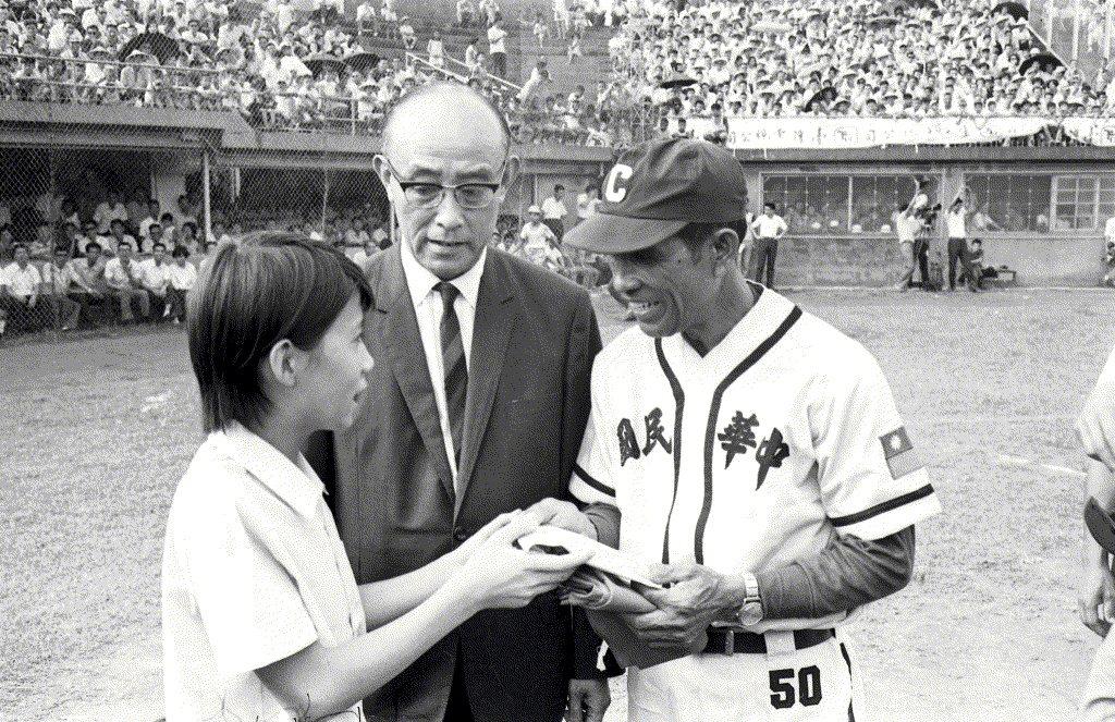 1969年8月24日,中華少棒隊對戰關西代表隊揭幕儀式,由民眾向中華少棒隊教練致意。中為中華全國棒球委員會總幹事兼台灣省體育會理事長謝國城。 圖/聯合報系資料照